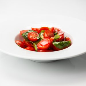 עגבניות שרי צבעוניות ועשבים ירוקים 250 ג'